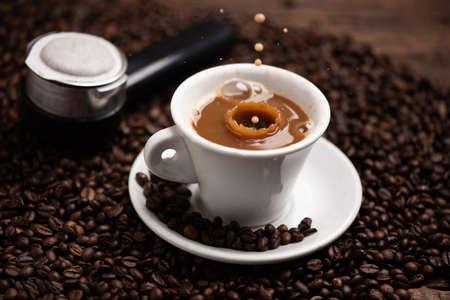 Gouttes de café éclaboussant dans un lait de café, gros plan à grande vitesse Banque d'images