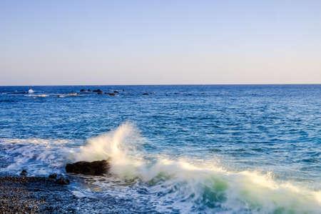 granola: Gran ola y el poder en la playa de Tenerife Foto de archivo