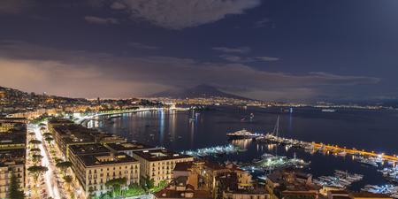 Vista de la bahía de Nápoles en la noche Foto de archivo