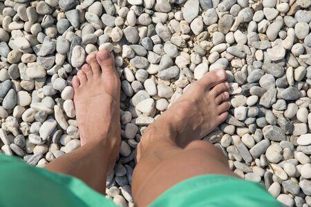 Caricaturas de piernas y pies al mar
