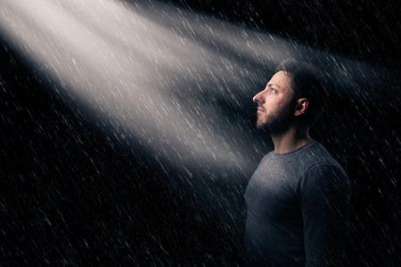 Ritratto di un uomo triste e abbandonato sotto la pioggia