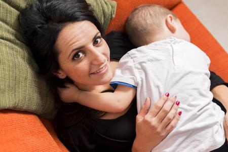 familia animada: Madre e hijo jugando en el sofá