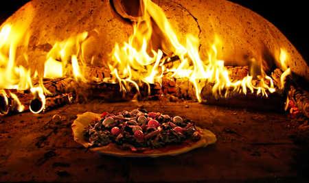 four à pizza en flammes Banque d'images