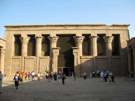 horus: Egipto, Edfu - Turistas en el templo del dios Horus.
