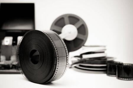 adentro y afuera: Un escritorio de edici�n de pel�culas de �poca en elementos blancos con carrete de 35 mm y negro y en fondo fuera de foco