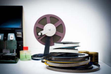 adentro y afuera: Un escritorio de edici�n de pel�culas de 8 mm de la vendimia con tambores y elementos de fondo fuera de foco, efecto del color de la vendimia