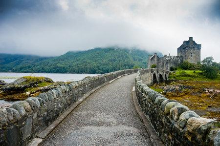castillo medieval: Vista del Castillo de Eileen Donan, Escocia en día nublado con luz dramática Editorial