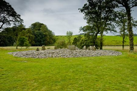 steencirkel: Uitzicht op Templewood Stone Circle, Kilmartin Glen, Schotland, in bewolkte dag Stockfoto