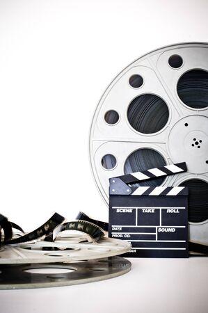rollo pelicula: Chapaleta de la película y el carrete cine de película de 35 mm de la vendimia en el fondo blanco tira de película desenrollan Foto de archivo