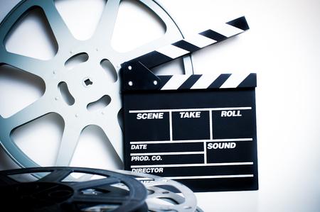 cinta pelicula: Chapaleta de la película con la película de vacío vendimia carretes en el fondo blanco