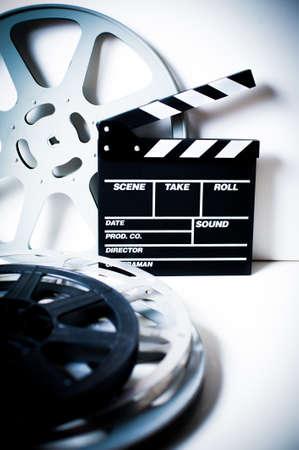 cinta pelicula: Chapaleta de la película con la película de vacío vendimia carretes en el fondo blanco marco vertical