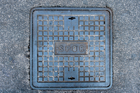 spqr: Ferro tombino romana sulla strada con la parola SPQR