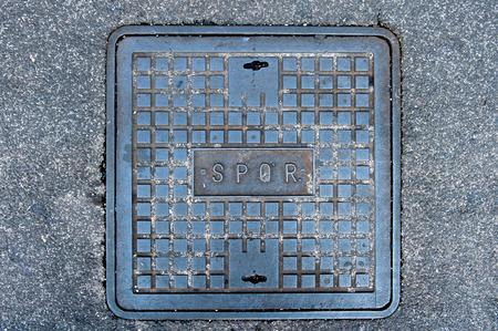 spqr: Hierro tapa de alcantarilla romana en la calle con la palabra SPQR Foto de archivo