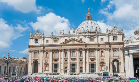 papal audience: ROME, ITALY, VATICAN CITY - JUNE 17th 2015. Pilgrims and tourist in St Peter square during papal audience, sunny day in Vatican city Editorial