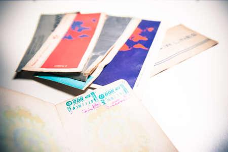 passeport: Ancien passeport Allemagne de l'Est avec timbre et billets d'avion de mise au point en arrière-plan Banque d'images
