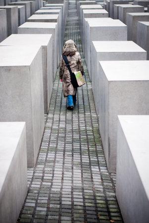 seconda guerra mondiale: Berlino, Germania - 30 dicembre 2006. Una persona che cammina tra le pietre di Memorial di ebrei uccisi durante la seconda guerra mondiale Editoriali