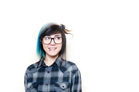 personas mirando: Mujer sonriente del adolescente alternativa en la camisa azul mirando hacia arriba a su izquierda aislada