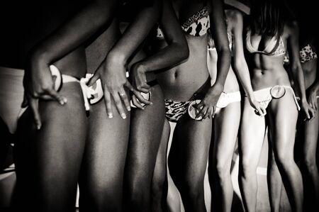 Veel jonge vrouw naakt benen op een catwalk in vintage zwart-wit effect