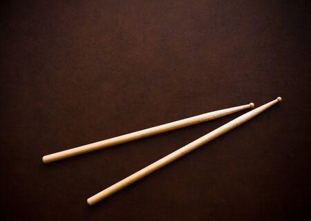 木製のデスクトップ背景のドラム棒のカップル