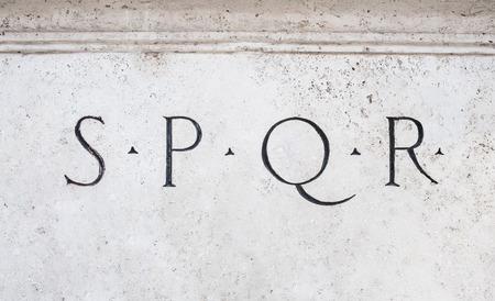 spqr: símbolo romano señal de SPQR, italiano detalle de la configuración de mármol blanco