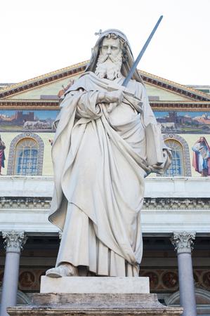 St Paul tenant une statue d'épée en dehors basilique à Rome, Italie Banque d'images - 60805663