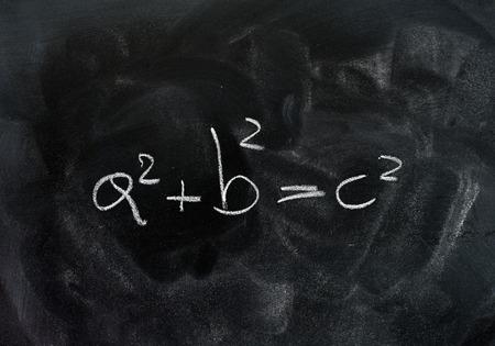 teorema: Pythagoras theorem triangle solution formula white chalk drawing on dusty black school board
