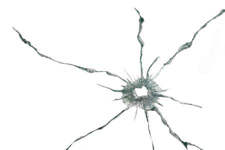 白い背景の上の厚いガラスに銃弾の穴