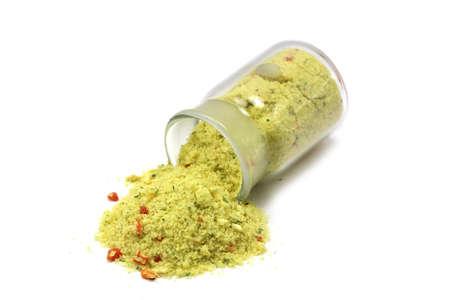 freeze dried: sal amarilla derrame de una botella de vidrio sobre un fondo blanco