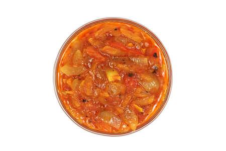 Tomatensaus met groenten in een glazen kom op een witte achtergrond