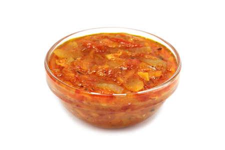 gestoomde groenten in tomaten saus op een witte achtergrond
