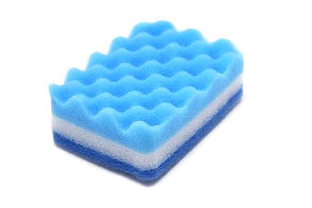 Blauwe spons voor afwas op witte achtergrond