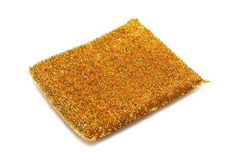 Gouden spons voor het schoonmaken van gerechten op een witte achtergrond