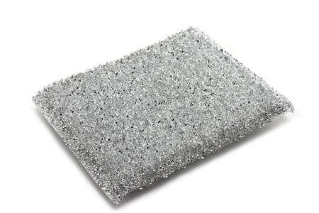 Zilveren spons voor het schoonmaken van gerechten op een witte achtergrond