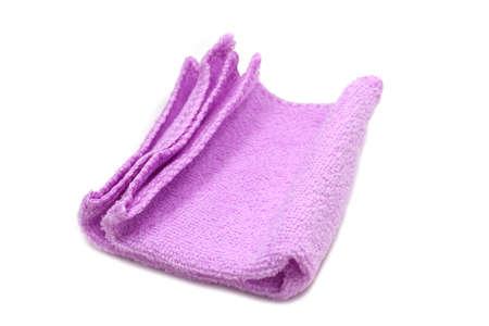 paarse doek voor het reinigen van gebruiksvoorwerpen op een witte achtergrond