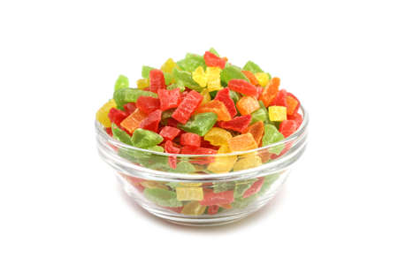 gekleurde marmelade in een glazen container op een witte achtergrond