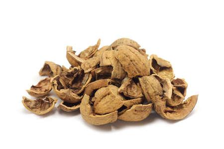 gebroken schelpen van walnoten op een witte achtergrond