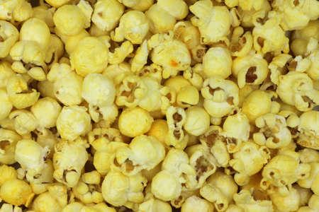 Lucht popcorn gele achtergrond Stockfoto - 33722019