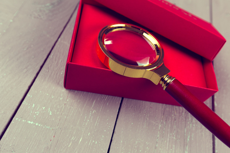 scenical: Gift box with magnifying glass