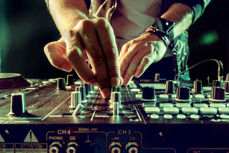 DJ ミキサーのクローズ アップで音楽を再生