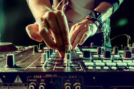 DJ afspelen van muziek op mixer close-up