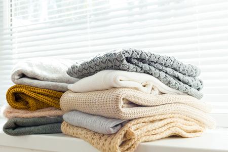 スタック居心地の良い白のセーターを編んだ