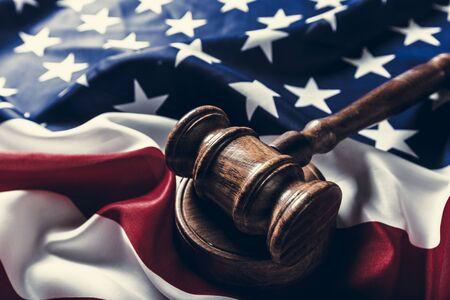 Martelletto di legno e bandiera degli Stati Uniti Archivio Fotografico - 76833980