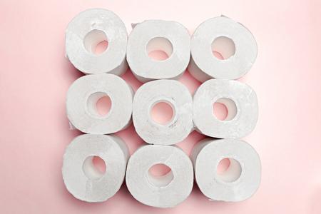 Toiletpapier op roze achtergrond