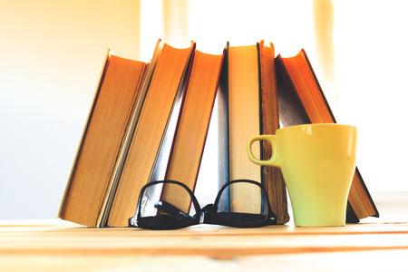 humilde: gafas de lectura con libros sobre la mesa