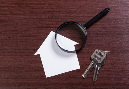 Papierhaus mit Vergrößerungsglas Standard-Bild - 76876280