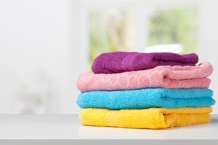 Stapel badhanddoeken op lichte witte achtergrond close-up