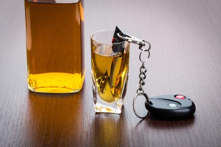 Autoschlüssel auf der Bar mit verschüttetem Alkohol Standard-Bild - 77165962