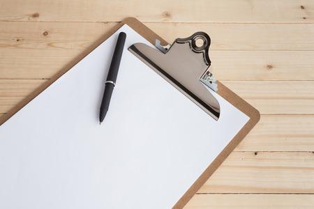 Presse-papiers en bois sur fond de bois Banque d'images