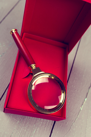 happening: Gift box with magnifying glass