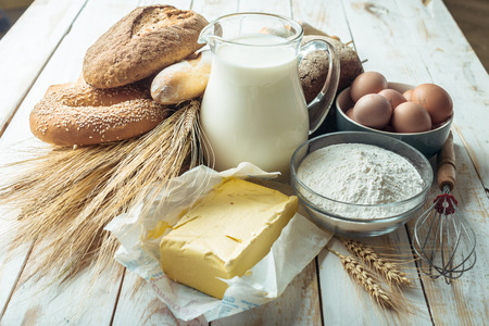 plato del buen comer: Leche y productos de panadería Foto de archivo